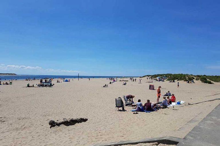 nyth-robin-aberdyfi-beach-blue-skies